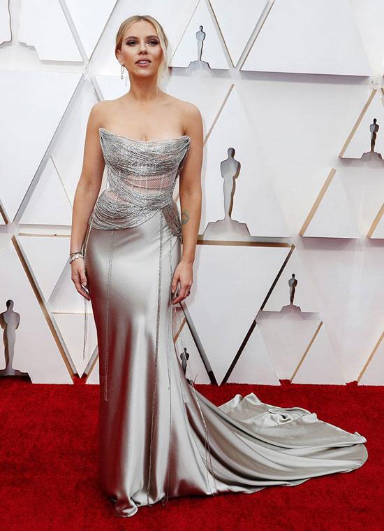 Скарлетт Йоханссон в серебристом платье на церемонии Оскар 2020