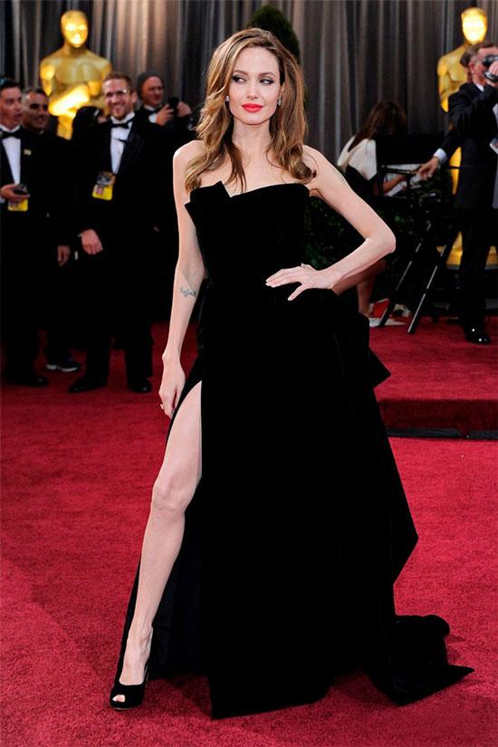 Анджелина Джоли в платье с разрезом Versace на церемонии Оскар