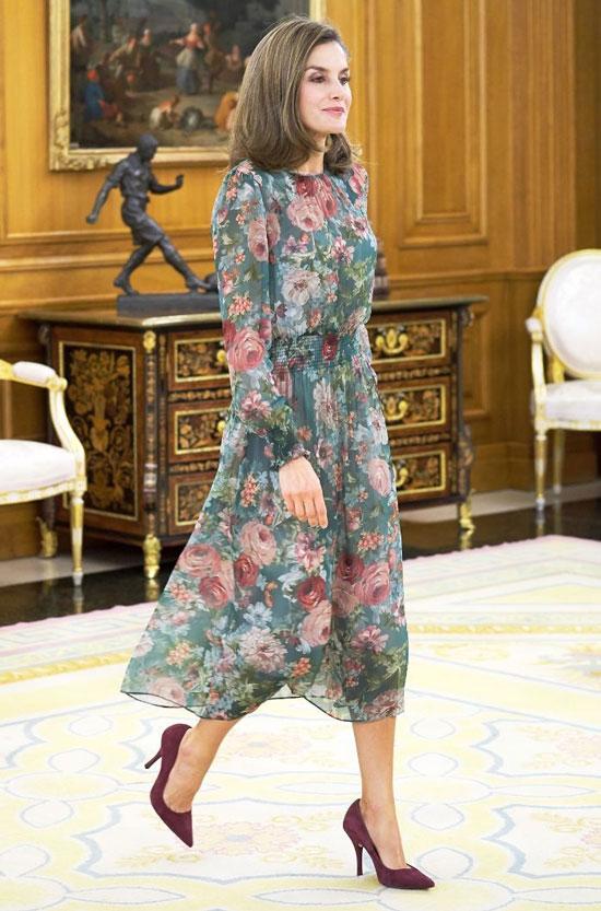 Королева Летисия в зеленом платье-миди Zara с цветочным принтом