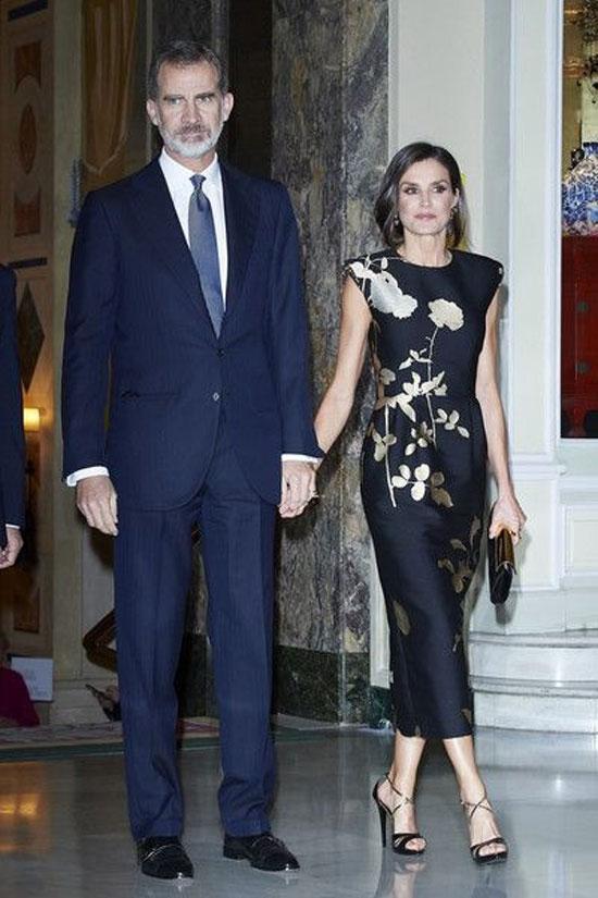 Королева Летисия в черном платье-футляре с золотыми цветами