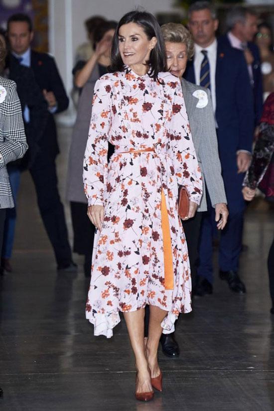 Королева Летисия в платье Hugo Boss с цветочным принтом и асимметричной юбкой