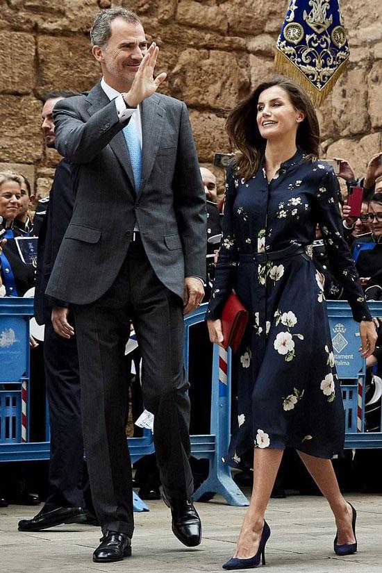 Королева Летисия в платье-рубашке Massimo Dutti c цветочным узором