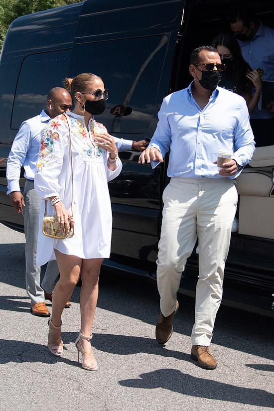 Дженнифер Лопес в белом платье с цветочной вышивкой и босоножках