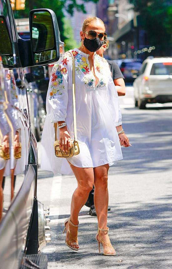 Дженнифер Лопес в белом платье и золотой сумочкой от Валентино