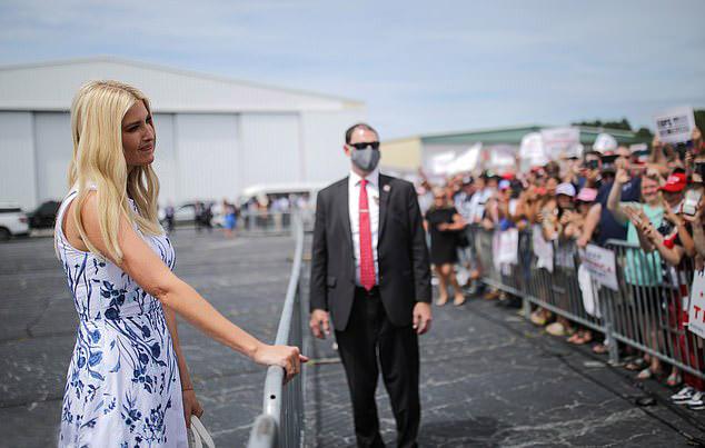 Иванка Трамп в пышном платье с голубыми цветочками