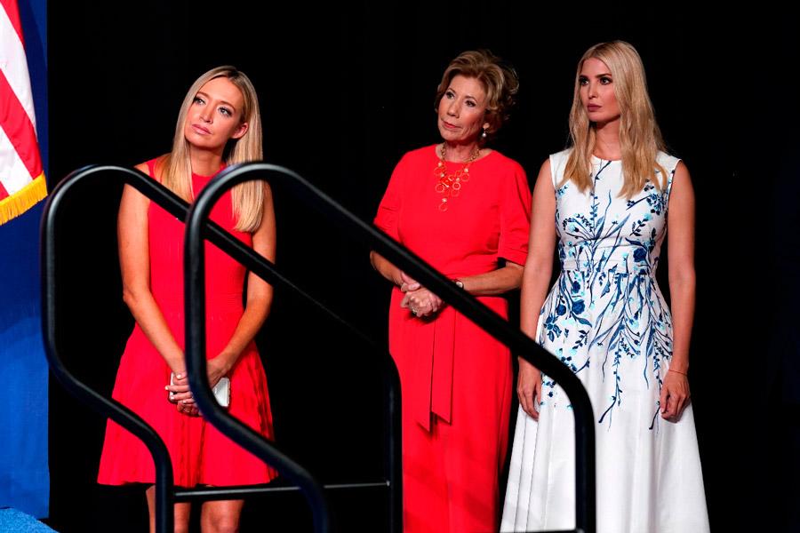 Иванка Трамп в платье без рукавов с принтом