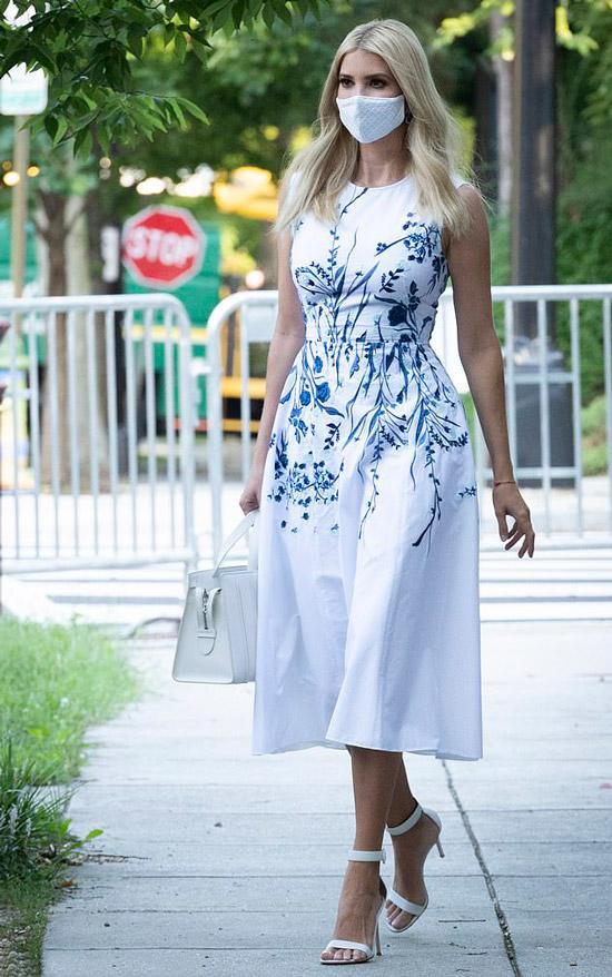 Иванка Трамп в бело-голубом платье и босоножках