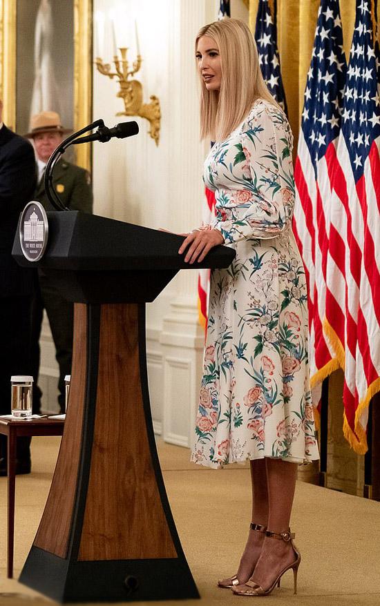 Иванка Трамп в красочном платье миди и босоножках
