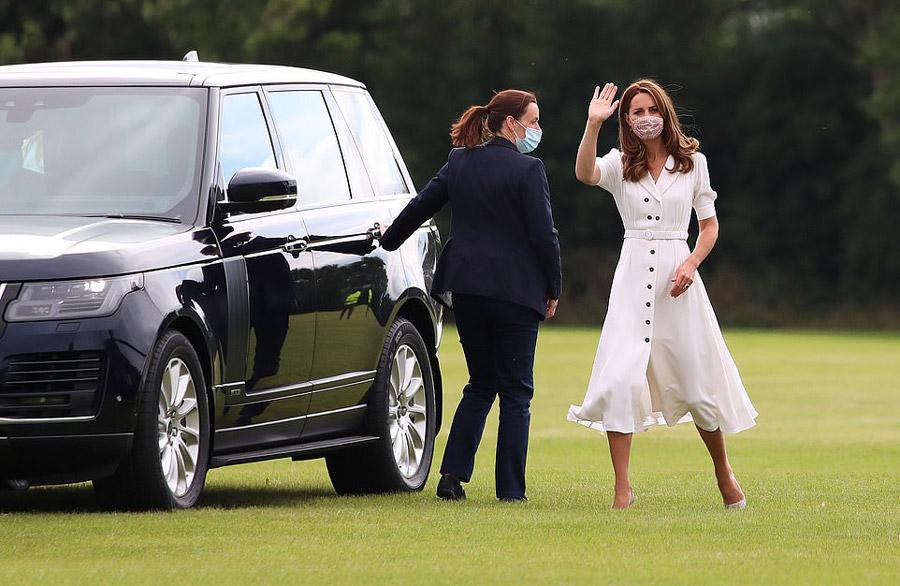 Кейт Миддлтон в белом платье с юбкой тюльпан и пуговицами