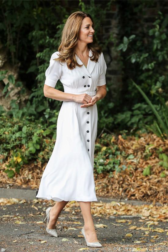 Кейт Миддлтон в белом платье и серых лодочках