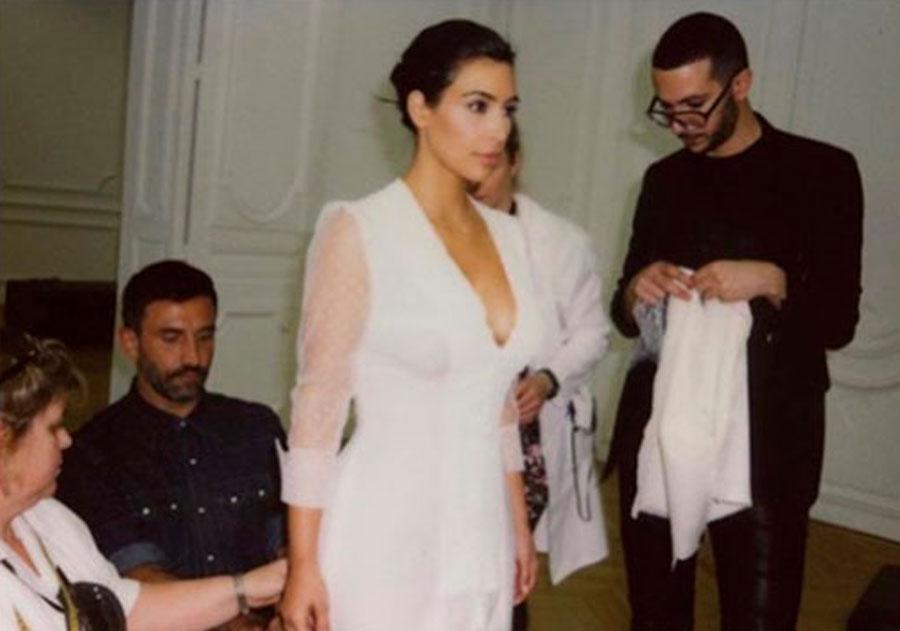 Ким Кардашьян поделилась фото с примерки свадебного платья