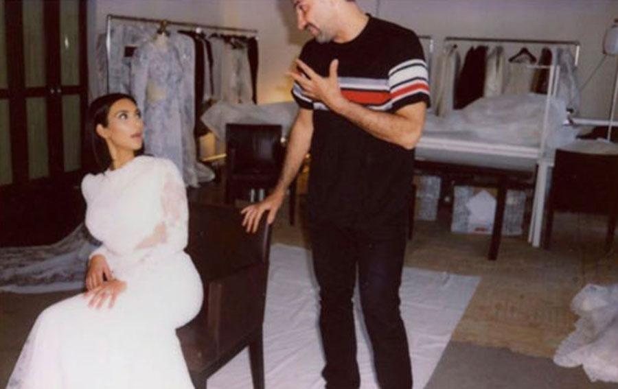Ким Кардашьян на примерке свадебного платья