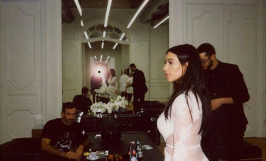 Ким Кардашьян примеряет свадебное платье