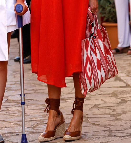 Королева испании в кожаных эспадрильях