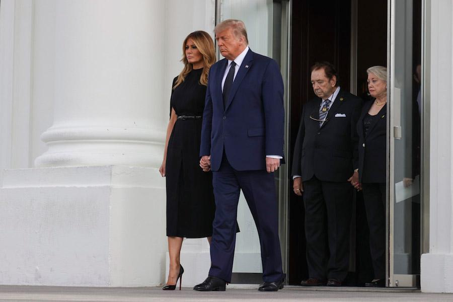 Мелания Трамп в черном платье с эффектом накидки
