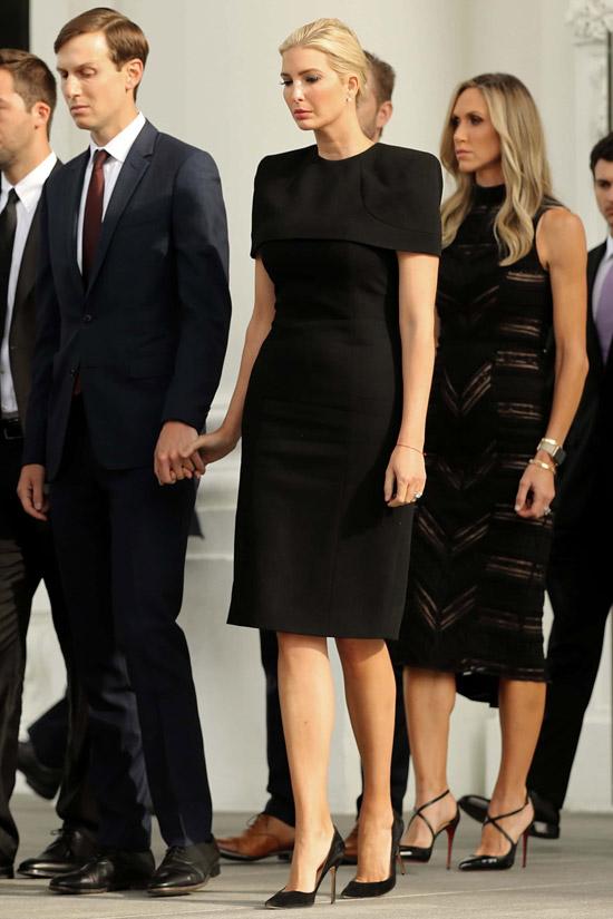 Иванка Трамп в черном платье футляр и лодочках
