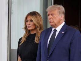 Мелания Трамп в черном платье с эффектом накидки и лодочках выглядит мрачно