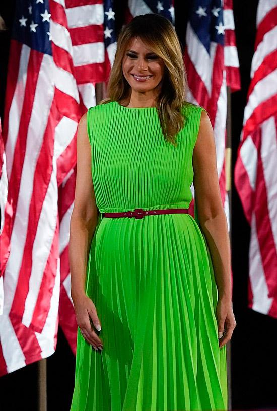 Мелания Трамп в неоновом плиссированном платье