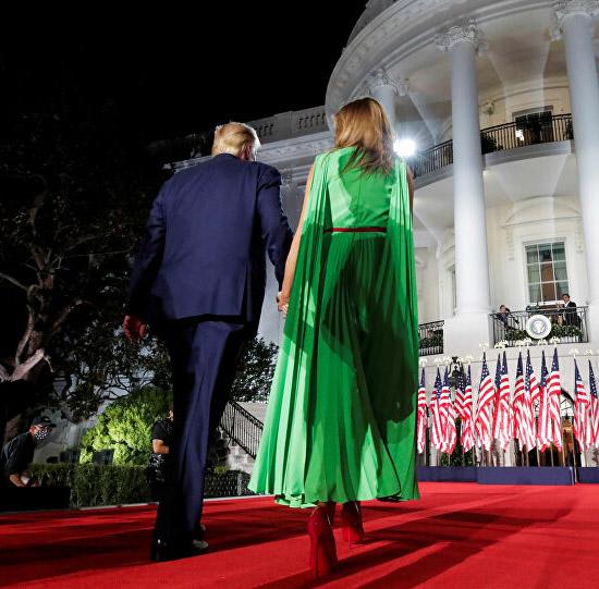 Мелания Трамп в неоновом платье с рукавами накидками