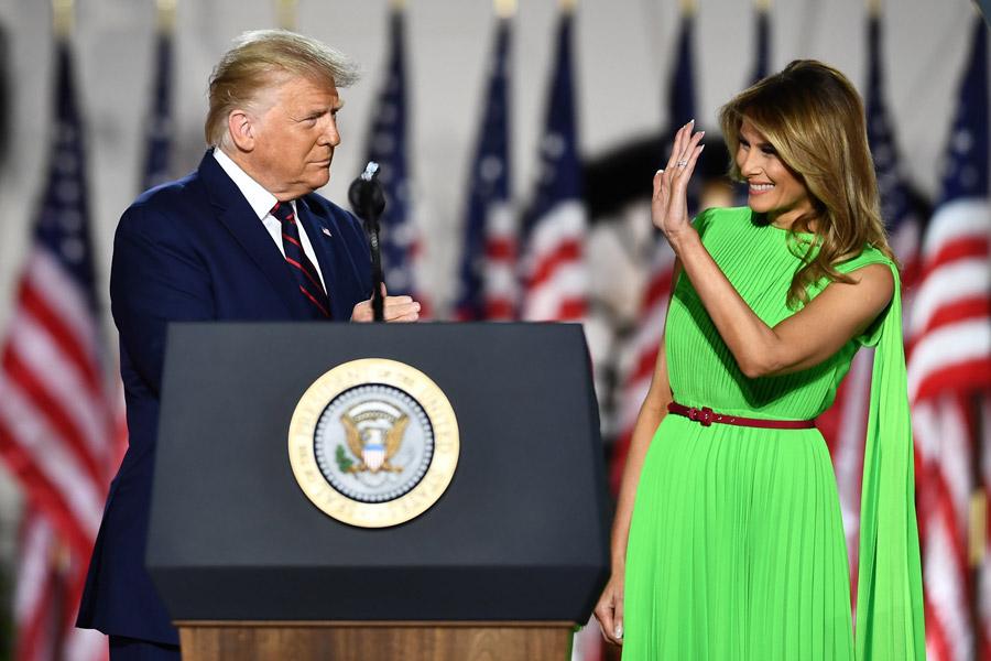 Мелания Трамп в неоновом платье с бордовым поясом
