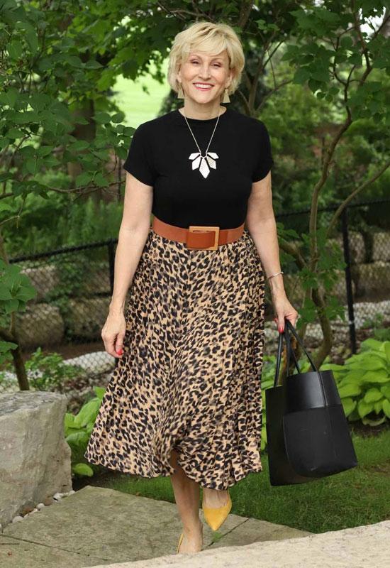 Женщина в леопардовой юбке и черном топе