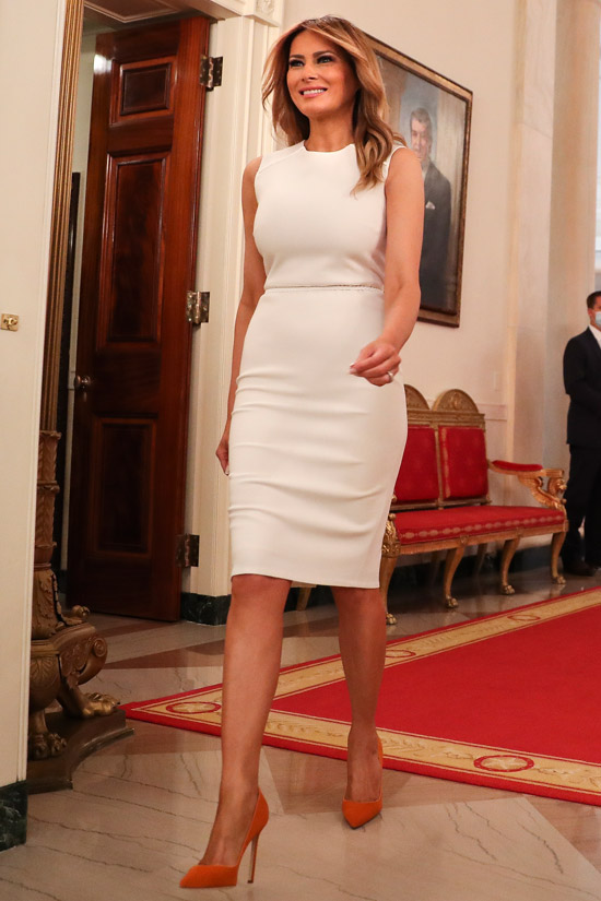 Мелания Трамп в белом платье футляр и апельсиновых лодочках
