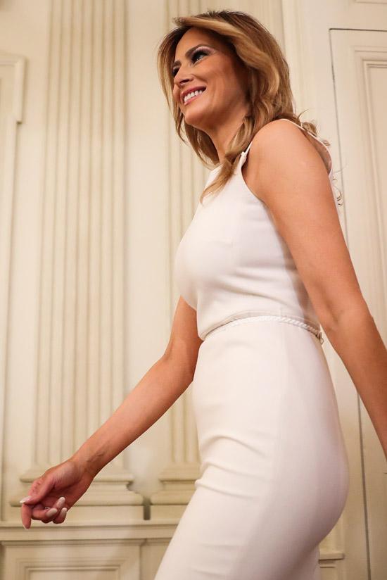 Мелания Трамп в белом платье футляр