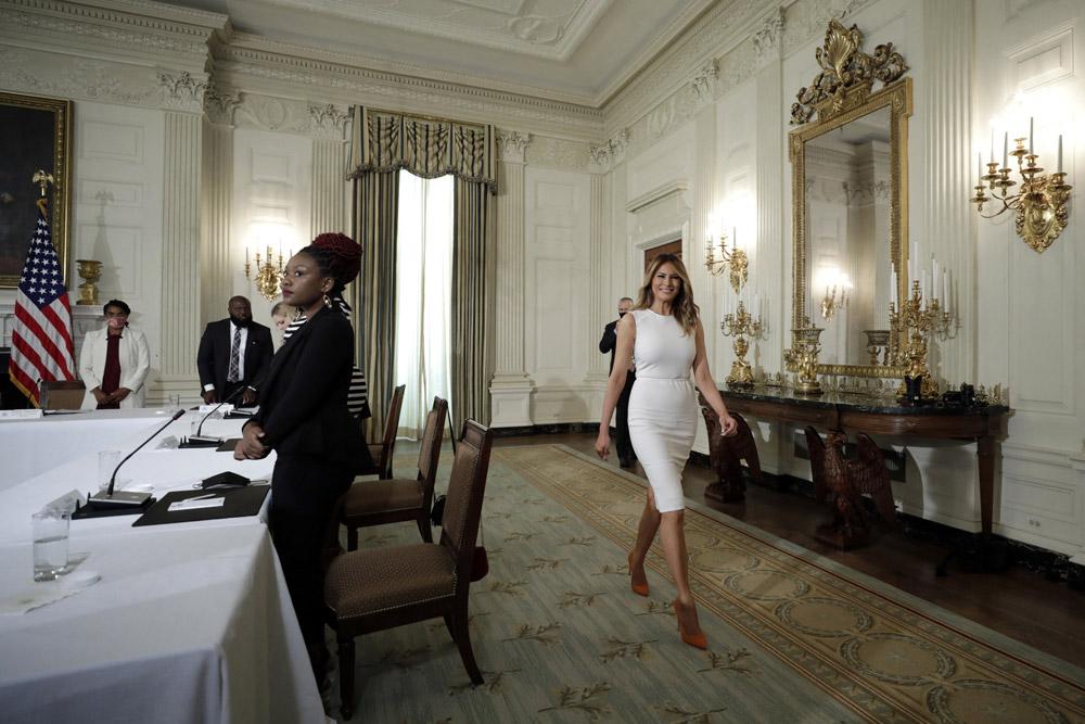 Мелания Трамп в ярких лодочках и белом платье