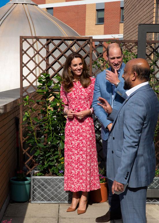 Кейт Миддлтон в красном платье и коричневых туфлях