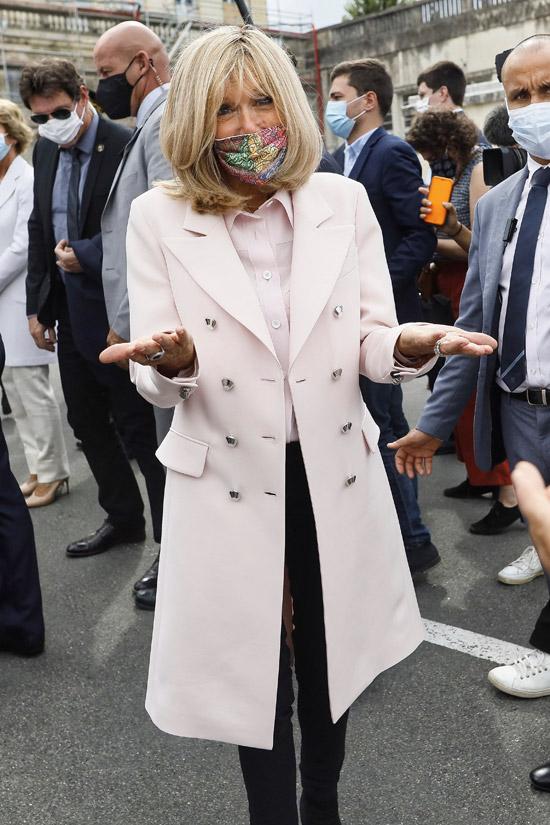Брижит Макрон в розовом пальто и блузе