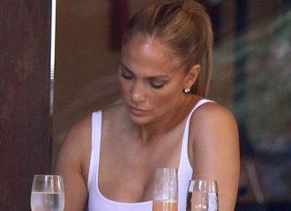Дженнифер Лопес в простом белом топе, модных брюках и кедах выглядит стильно и по-молодежному