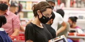 Анджелина Джоли в черных джинсах выглядит как обычная мама, когда ведет детей в магазин