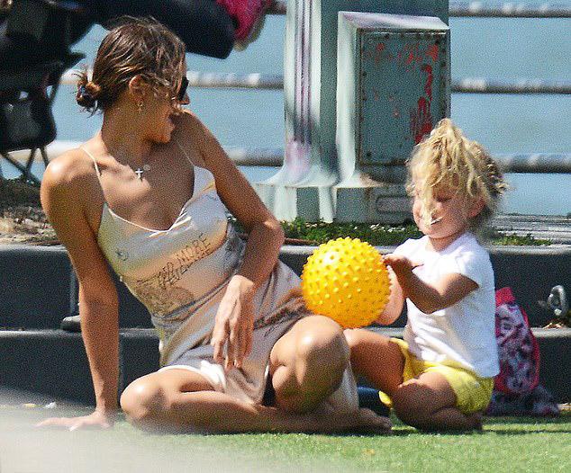 Ирина Шейк играет с дочкой