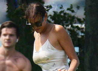 Ирина Шейк в легком шелковом платье и шлепанцах наслаждается прогулкой с дочерью