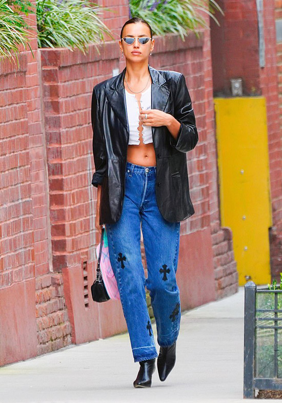 Ирина Шейк в необычных джинсах и пиджаке