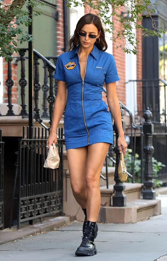Ирина Шейк в синем мини платье на молнии
