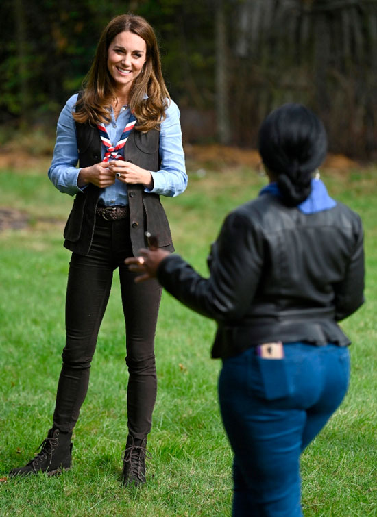 Кейт Миддлтон в жилетке, джинсах и дорогих ботинках