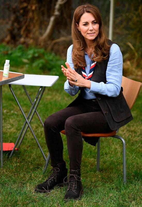 Кейт Миддлтон в джинсах-скинни, жилетке и ботинках