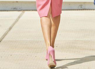 Королева Испании в розовых туфлях и облегающем платье повторяет образ Мелании