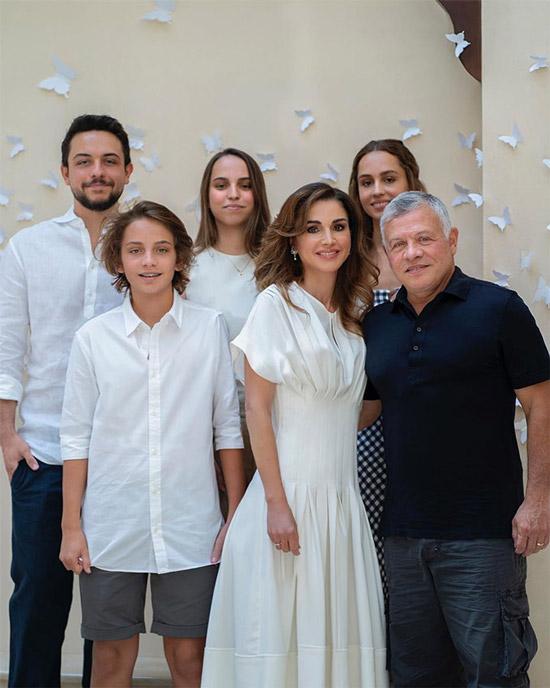 Королева Иордании в белом платье плиссе