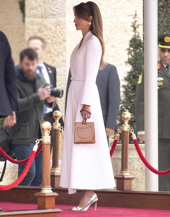 Королева Иордании в длинном платье и лодочках с принтом