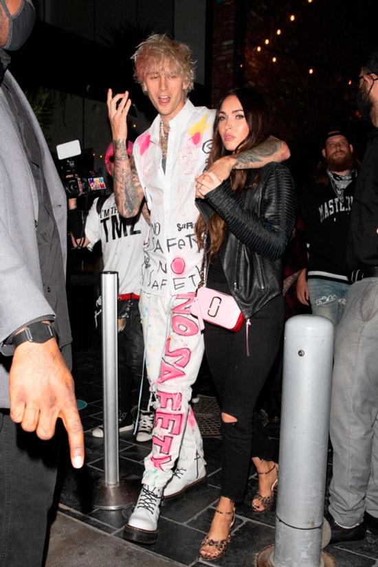 Меган Фокс в рваных джинсах и леопардовых босоножках