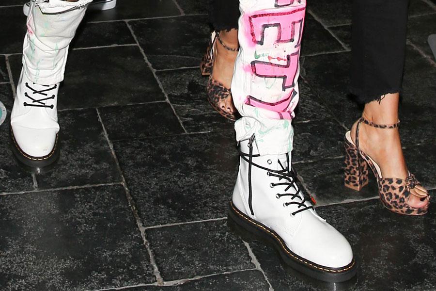 Меган Фокс в босоножках с леопардовым принтом на платформе