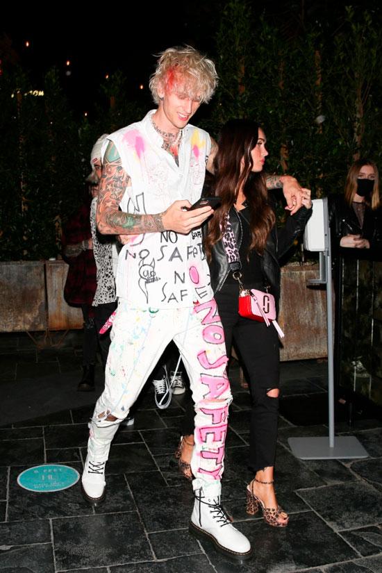 Меган Фокс в косухе, рваных джинсах и леопардовых босоножках