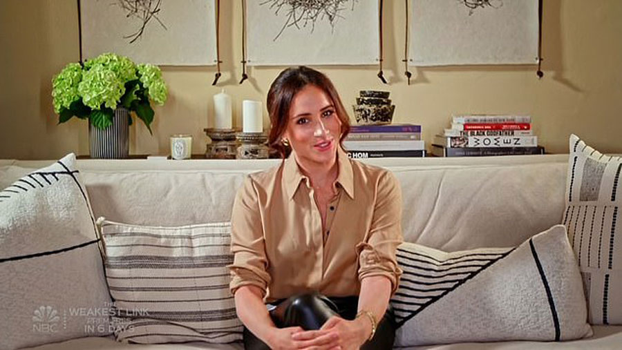 Меган Маркл в бежевой блузке от бренда Виктории Бекхэм