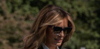 Мелания Трамп в брючном костюме и синих туфлях напоминает дорогого адвоката