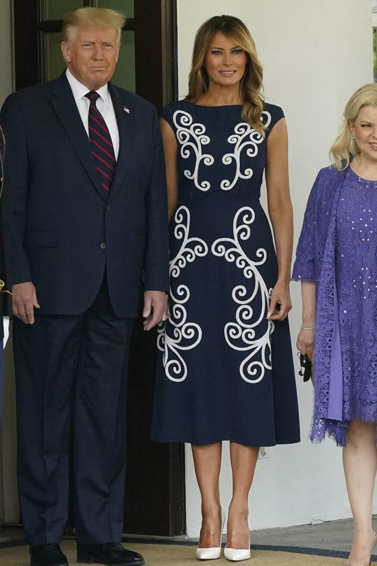 Мелания Трамп в темно-синем платье Prada с завитками
