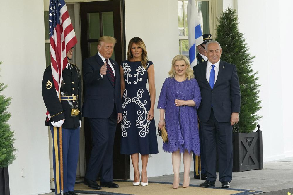 Мелания Трамп в темно-синем платье Prada и белых лодочках