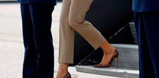 Мелания Трамп в бежевых брюках, милитари жакете и лодочках из змеиной кожи