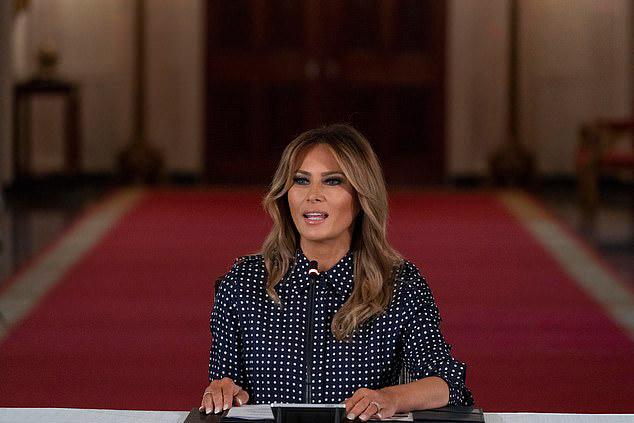 Мелания Трамп в строгом платье в горошек